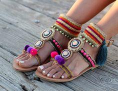 Fabriqués à la main sandales « Calypso » ********************************** Fabriqué à partir de cuir véritable grec. Entièrement cousu à la main, « Calypso » sandales sont la combinaison de matériaux de haute qualité. Décoré avec des motifs ethniques, beaucoup de cristaux, pompons avec texture soyeuse, pompons et plus ! Une unique paire de chaussures qu'il faut vraiment dur travail à faire. Si confortable que vous ne voulez pas les enlever, même si vous les portez pendant des heures…