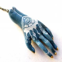 Mehndi hand pendant #hand #hands #handart #mehndi #mehendi #mehendidesign #mehndidesign #indianart #indianwedding #indianmendhi #handpendant #handsculpture #polymerclay #polymerclaypendant #claypendant #handpendant #handmehndi #whitemehndi