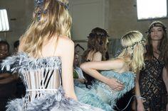 En backstage du defile Atelier Versace haute couture automne-hiver 2015-2016