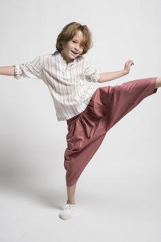 Pantalón bombacho para niño con camisa de rayas.