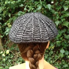 Heerlijk gehaakt aan een supermooie baret en gepast bij de meiden en hij staat ze alledrie mooi:) Ik haakte de grootste... Beret, Winter Hats, Crochet Hats, Gifts, Caps Hats, Scarves, Craft Work, Knitting Hats, Presents
