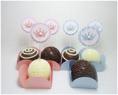 Mini toppers para decoração de festa. <br>Tamanho 3,2 cm diâmetro. <br> <br>O pedido minimo é composto por 15 topper na cor rosa bebê e 15 na cor azul bebê. <br> <br>** Docinho e forminha são apenas ilustrativos, não acompanha o produto.