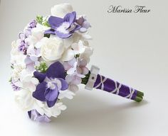 This bouquet is absolutely gorgeous. Perfect size and colors. :)