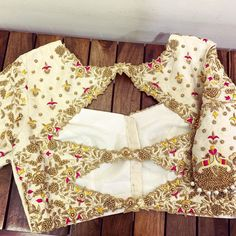 DM for credits or Removal . Tag to get featured in our page . Wedding Saree Blouse Designs, Fancy Blouse Designs, Blouse Neck Designs, Blouse Designs Catalogue, Sleeves Designs For Dresses, Stylish Blouse Design, Prada Handbags, Studio, Hand Embroidery