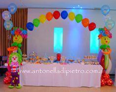 Table dessert. Candy Bar. Circus party. Fiesta de circo http://antonelladipietro.com.ar/blog/2012/06/el-circo-de-los-trillis/