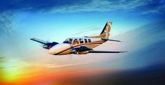 Beechcraft Baron $200,000 Estos aviones vienen con dos motores de 300 caballos de fuerza, que pueden volar a 200 nudos a una distancia de 1700 millas náuticas.