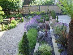 décoration de jardin avec des fleurs en terrasses