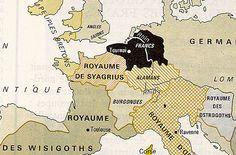 CLOVIS 1°. )BIOGRAPHIE. 3.1 NAISSANCE 3.1.1 ENFANCE, 3: *Albofléde ou Albofledis, baptisée en même temps que son frère, qui devint religieuse mais meurt peu après. *Lantilde ou Landechildis, mentionnée briévement par Grégoire de Tours quand elle aussi est baptisée en même temps que son frère. *Audofléde ou Audofledis que Clovis marie en 492 à Théodoric le Grand, roi des Ostrogoths d'Italie.