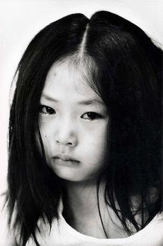 quelle détresse dans ce regard d'enfant........ --- photo by Nobuyoshi Araki
