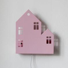 Домик изготовлен из безопасных для детей материалов - натурального дерева и акриловой краски без запаха. Декоративный светильник для детской комнаты. Работает от розетки. Может крепиться на стену или стоять на ровной поверхности (крепление входит в комплект).