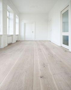 Ik zou graag door het hele huis dezelfde vloer zien, en wel deze! Het is in mijn eigen de perfecte kleur waar je veel dingen bij kunt combineren. We hebben nu een heel donkere vloer en dat vind ik wel mooi, maar dit lijkt me fijner.