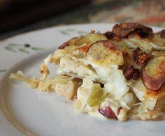En af mine gamle opskrifter, en af mine yndlingsopskrifter, er opskriften på kartoffelfad med hvidkål, bacon og ost. Den gør sig også rigtig godt i sommertøj med nye kartofler og spidskål. Det er e…