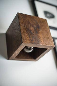 Hölzerne Wandlampe mit einfachen funktionalen Design. Dieser Würfel hat zwei Optionen: Schalter befindet sich zur Seite, oder mit Draht. Wir verwenden nur recycling-Holz, keine Bäume wurden während der Herstellung dieses Produkts geschädigt :) Hergestellt aus Holz-Stücke mit Akzent auf
