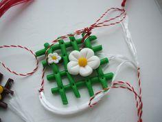 Martisoare lucrate manual: flori colorate - http://martisorul.wordpress.com