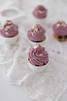 Fräulein Klein : herbstliche Karotten-Nuss-Torte mit Vanille-Zimt-Sirup • Apfel-Heidelbeer-Cupcakes • Orla Kiely für Clarks