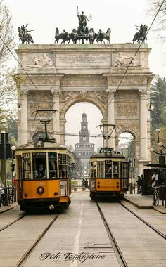 Peter Witt Trams in Milano. The Trams are build in but are still in service on many lines in Milano. In the background Arco della Pace and Castello Sforzesco Best Places To Travel, Great Places, Oriental Hotel, Bonde, Light Rail, Four Seasons Hotel, Train Tracks, Public Transport, Best Hotels