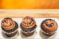 Rezept für Low Carb Schokoladen-Cupcakes mit Schoko-Frosting. Sie sind ohne Zucker und Getreidemehl  gebacken, kalorienarm und gut verträglich. Kohlenhydratarm genießen ...