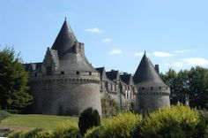 La façade principale du château des ducs de Rohan à Pontivy (Morbihan)