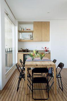 Os moradores deste apartamento, em São Paulo, pediram para que o arquiteto Toninho Noronha ampliasse e repaginasse a varanda. Ele a fechou com painéis de vidro e criou ambientação que conversa com a sala com peças de decoração do mesmo estilo