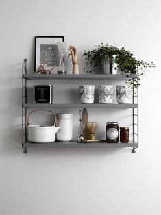 grå stringhylla i köket