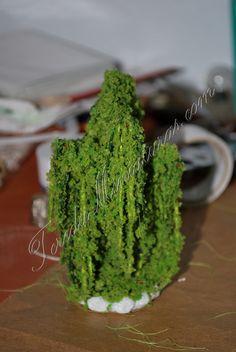 """Materiales: Alambre, cola, hilo o lana verde, espuma para arboles. El tronco lo hacemos igual que en el tutorial de """"árbol con tronco de alambre"""", solo que esta vez usamos cinco trocito…"""