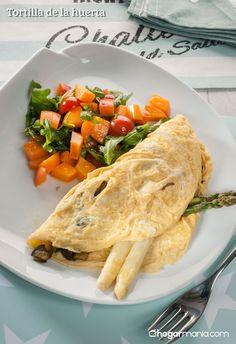Amaia Urdangarin nos presenta la receta de tortilla de la huerta elaborada con productos frescos como espárragos, calabacines, berenjenas, etc. ¡Facilísima y muy jugosa!