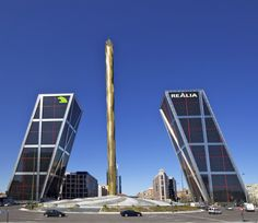 Las Torres KIO, gemelas e inclinadasLas Torres KIO, conocidas también como Puerta de Europa, tienen el honor de ser las primeras torres gemelas inclinadas, 15º respecto a la vertical concretamente, y simétricas del mundo. Todo un hito en la arquitectura de gemelas..