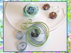 Bijoux FIL ALU  Imaginez des bijoux uniques et originaux en mariant fils d'alu et perles. Réalisez ainsi des parures assorties à vos tenues : bagues, pendentifs, boucles d'oreilles.  Retrouvez tous les produits utilisés de cette vidéo et des les tutoriels dans notre boutique
