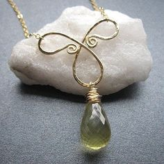 Hammered bow necklace with lemon quartz Necklace 240 Wire Wrapped Jewelry, Metal Jewelry, Jewelry Findings, Beaded Jewelry, Jewelry Crafts, Jewelry Art, Jewelry Design, Jewelry Ideas, Wire Pendant