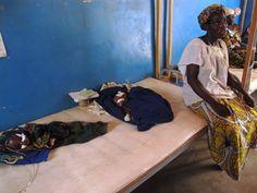 Los gemelos Hassana y Ousseyna sufren desnutrición severa y están ingresados en el hospital de Mayahi, una zona de Níger con las peores consecuencias de la sequía.  Foto / Susana Hidalgo