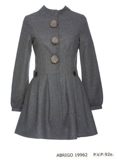 It is gray rat has three round buttons on the part of enrente the same color as the coat is long sleeved waist part has two buttons and black colored with a cost of 1200 pesos