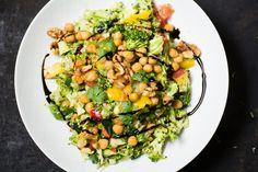 Brokkolisalat mit gebratenen Kichererbsen in Sesamöl