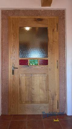 Dveře kazetové, jednokřídlé do pískovcové zárubně, dubový masiv, drásané, nátěr olejem, barevné sklo.