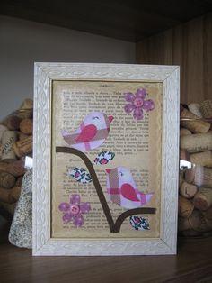 Porta retrato revestido por página de livro antigo e motivos em tecido.