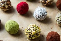 Vegan Chocolate Truffle Energy Bites (Raw, Gluten-free) // Don't you just want to eat all these sweet balls up? They are parading in festive Christmas colors making them a cute edible gift. Desserts Crus, Raw Vegan Desserts, Raw Vegan Recipes, Vegan Treats, Vegan Snacks, Vegan Gluten Free, Healthy Recipes, Vegan Raw, Vegan Dinners