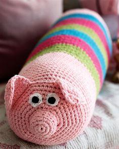Skøn aflang grisepude, som vil pynte på børneværelset.