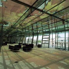 Das mit Blättern bedruckte Glasdach in der Berliner Akademie der Künste