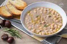 La zuppa di ceci e castagne è un comfort food autunnale, un piatto ricco, genuino e saporito, perfetto per coccolarsi durante le giornate più fredde.