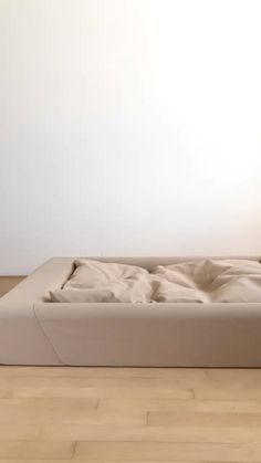 T&N Dog beds bring the support of our mattresses to your pet. Easy to clean and looks good in your home. Comes in large, medium, small sizes and ships free. Cute Puppies, Cute Dogs, Dogs And Puppies, Doggies, Biedermeier Sofa, Auto Gif, Diy Auto, Leelah, Dog Rooms