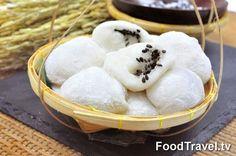 ขนมจี่ เป็นขนมไทยชาววังโบราณ ที่หารับประทานได้ยากยิ่งในสมัยนี้ เกิดขึ้นในยุคสมัยใดนั้นไม่มีหลักฐานปรากฏ แต่ถ้าหากพิจารณาถึงส่วนผสมหลักที่ใช้ จะคล้ายๆ กับขนมกะลอจี้ของชาวจีน(ชาวจีนเริ่มอพยพและมาตั้งรกรากตั้งแต่สมัยสุโขทัย) แต่เปลี่ยนจากกรรมวิธีการทอด มาเป็นการกวนแป้งและใส่ไส้ลงไปในตัวแป้งเลย แต่ขนมกะลอจี้เมื่อทอดแป้งจนสุกเสร็จ จะนำส่วนผสมน้ำตาลผสมงามาโรยแทน ขนมจี้หรือขนมจี่ เมื่อทำเสร็จและรับประทานเลยจะอร่อยกว่า เวลารับประทานควรรีบหุบปาก มิฉะนั้นแป้งนวลที่คลุกเคล้ากลับตัวแป้งจะฟุ้งกระจาย