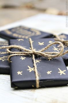 Gift Wrapping Ideas : beautiful matte black wrapping paper decorated with a gold pen. Next year's Christmas wrapping! Present Wrapping, Creative Gift Wrapping, Creative Gifts, Simple Gift Wrapping Ideas, Baby Gift Wrapping, Creative Ideas, Winter Christmas, Christmas Holidays, Christmas Crafts