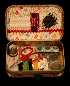 Inside of altoid sewing tin boxes dikiş, sepetler, kendin yap. Sewing Hacks, Sewing Crafts, Sewing Projects, Sewing Kits, Altered Tins, Altoids Tins, Operation Christmas Child, Sewing Baskets, Tin Boxes
