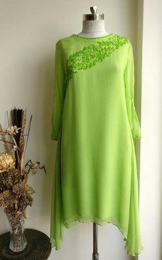Trendy How To Wear Green Clothes Ideas Stylish Dress Designs, Stylish Dresses, Simple Dresses, Casual Dresses, Kurta Designs Women, Blouse Designs, Kaftan Pattern, Beautiful Pakistani Dresses, Beautiful Dresses