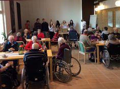 Hämeenkyrön yhteiskoulun nuoret vierailijoina Torstaikahvilassa. Kera musiikin, visailujen ja munien maalaamisen.
