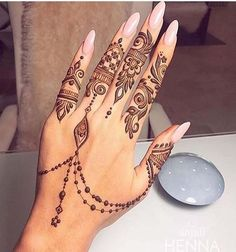 The fascination towards Arabic bridal mehndi designs has grown manifolds in the last few years! It gives a breath of fresh air to the traditional mehndi designs, with its modernity and uniqueness. Henna Tattoo Hand, Henna Tattoo Designs, Henna Tattoo Muster, Small Henna Tattoos, Foot Henna, Paisley Tattoos, Art Tattoos, Arabic Tattoos, Geometric Tattoos