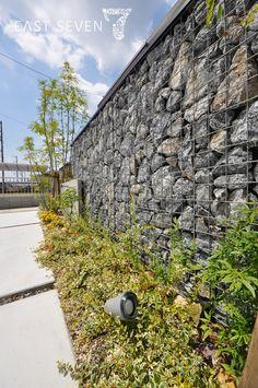 ガビオン、自然石を大胆に使った外構です。   岐阜のエクステリア専門店「東松エクステリア」 Fence Design, Garden Design, House Design, Fence Screening, Gabion Wall, Old Buildings, Garden S, Front Yard Landscaping, Modern Industrial