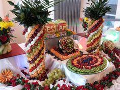 Soo tasty!! Fruit Buffet, Fruit Trays, Food Trays, Church Flower Arrangements, Fruit Arrangements, Fruit Decorations, Food Decoration, Deco Fruit, Food Set Up