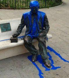 Feixisme contra la memòria del gran poeta valencià. La estatua de Estellés en Burjassot sufre un nuevo acto vandálico