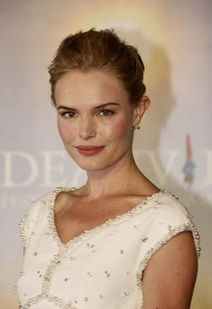 Beautiful Kate Bosworth's makeup (and Chanel dress!) is flawless... yet again!