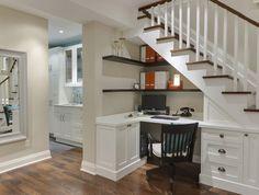Que tal otimizar o espaço com um escritório embaixo da escada?